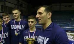 Νίκος Χατζηβρέττας και Βασίλης Θεογιάννης (MVP) στην κάμερα της ΕΚΑΣΘ μετά την κατάκτηση του πρωταθλήματος ΠΑΙΔΩΝ 2019